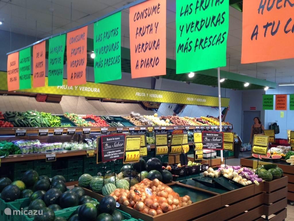 Groentenafdeling bij supermarkt el Dia in Coin.