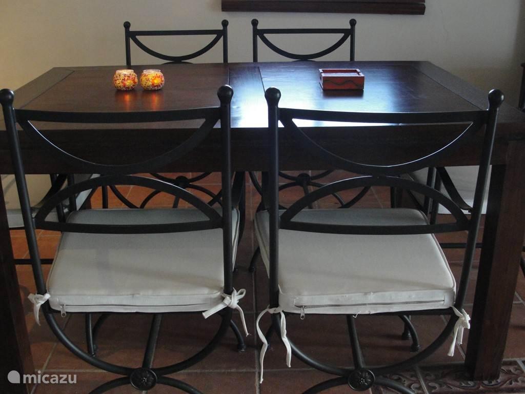 De eettafel grenst aan de keuken en ook hier plaats voor 6 personen.