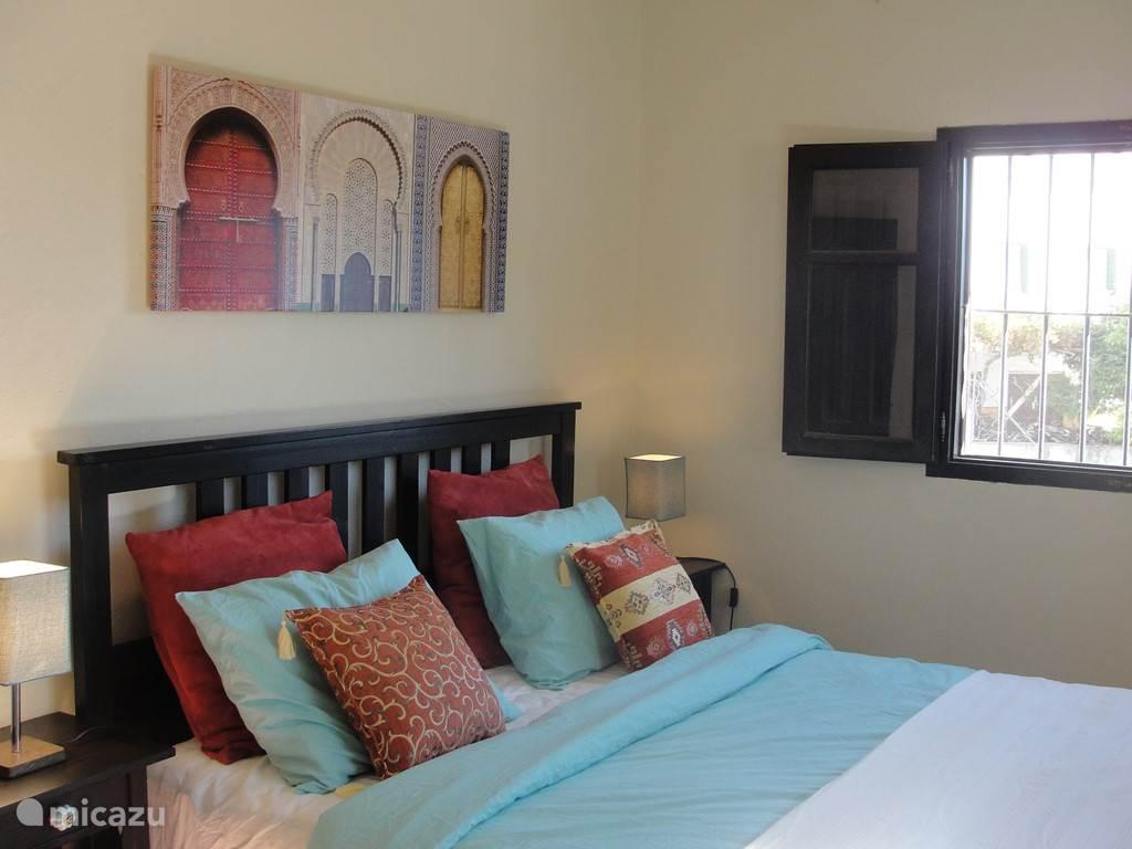 De master bedroom, aan het eind van de gang. Een nieuw tweepersoonsbed, een bakamer en-suite en een geweldig uitzicht. Alle ramen zijn voorzien van horren en luiken. In deze kamer een inbouw kledingkast voorzien van voldoende kledinghangers.