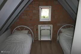 Slaapkamer met laminaatvloer.