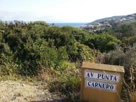 Het dorp, zonder nieuwbouw massa/beton wijken. Je ziet het hier in de achtergrond. Het ligt aan het einde van een kustweg dat eindigt het natuurpark van de straat van Gibraltar. Het huis ligt verscholen tussen de huizen die je ziet