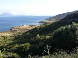 Van boven het dorp gezien (ruim boven het huis), kijkende naar het natuurpark en Afrika op de achtergrond. Met drie paradijselijke baaien. Uitsluitend te voet (of bootje) te bereiken. Slechts 10 minuten vanaf het huis lopende