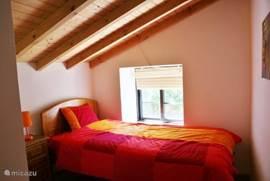 Derde slaapkamer met 1-persoonsbed. Uitstekende matras en dekbed.