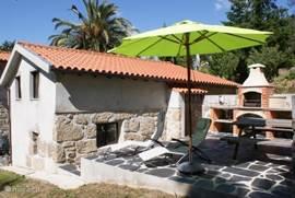 Het privé-terras van Casa Agave met een buitenkeuken/vaste BBQ, picknicktafel en ligstoelen.