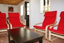 Ruime zithoek met comfortabele stoelen.