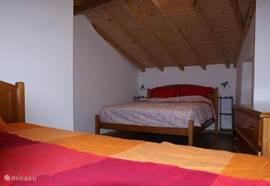 Grootste slaapkamer met een twee persoonsbed en een 1-persoonsbed. Uitstekende matrassen en dekbedden.