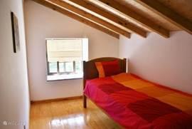 Tweede slaapkamer met 1-persoonsbed. Uitstekende matras en dekbed.