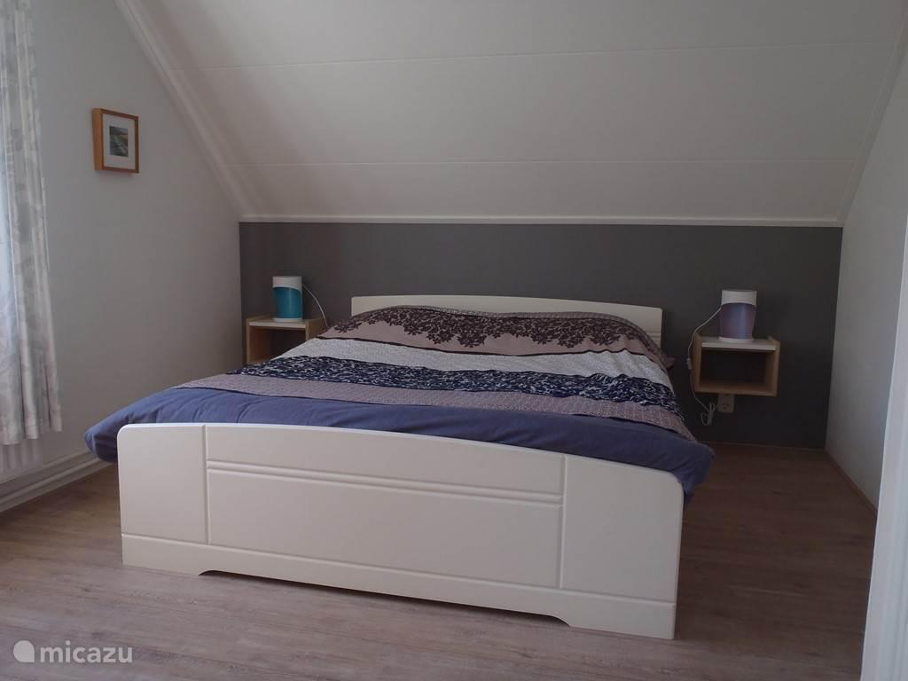 Grote slaapkamer met goed bed