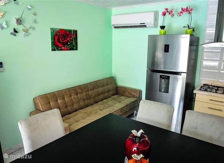 Gedeelte van woonkamer koelkast sofa bank airco enz