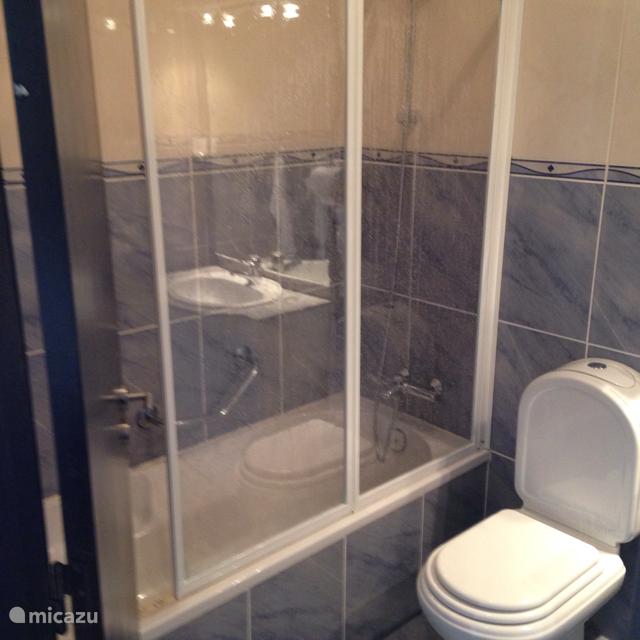 Op de begane grond bevinden zich ook 2 badkamers. Allebei de badkamer zijn voorzien van thermostaatkranen , wastafel en een toilet.  1 badkamer heeft een ligbad met een douchegelegenheid  en de andere badkamer heeft alleen een douche.