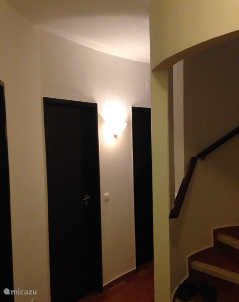 Via vaste wenteltrap naar woonkeuken, woonkamer en terras.