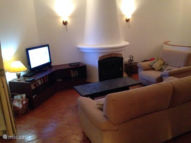 Gezellige woonkamer voorzien van Satelliet TV  met alle Nederlandse zenders. Huis is voorzien van een internetaansluiting met WIFI., onbeperkt te gebruiken door de gasten.