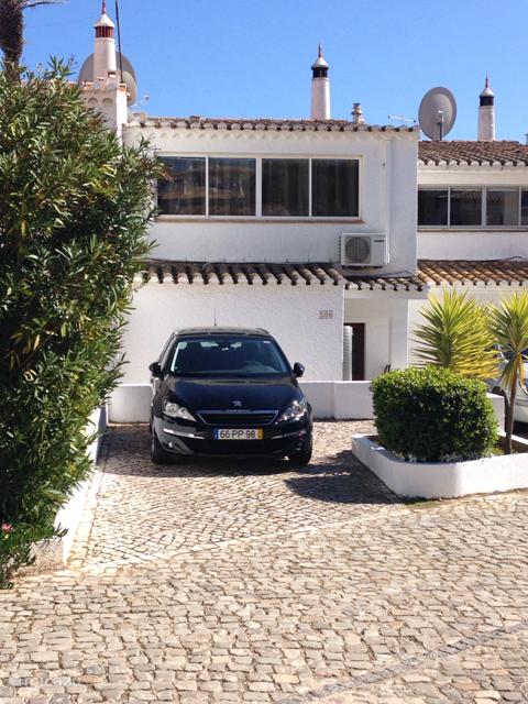 Parkeren kan op eigen parkeerplaats aan de voorzijde van de villa.