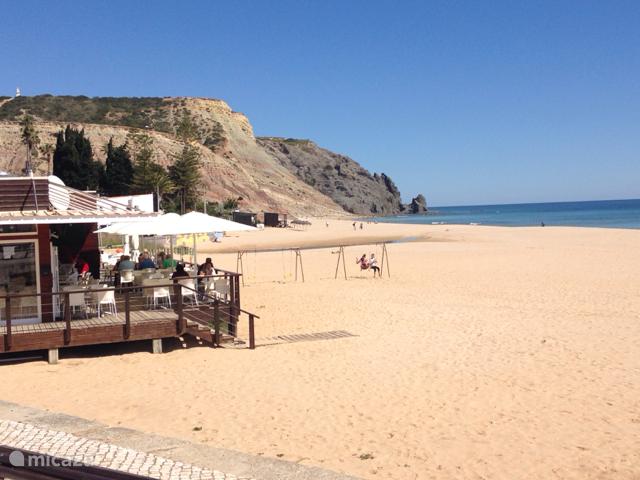 Geweldige zandstrand en Boulevard 250 meter van de villa  van Praia da  luz met terrassen en restaurants .