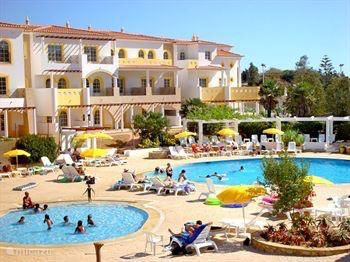 Zwembaden van Hotel Luz Ocean en Hotel Luz Beachclub met tennisbanen en gezellige beachbar allemaal binnen 500 meter van de villa. (entree tegen gereduceerde vergoeding)
