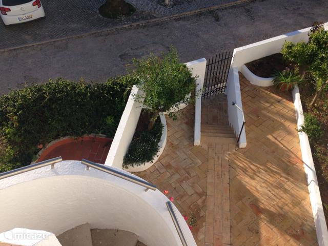 In de tuin in het ook prima vertoeven in de ochtend zon of voor een een Siësta op de comfortabele zonnebedden. Bereikbaar via het terras en via de openslaande deuren van de slaapkamers aan de achterzijde van de villa.(tuinzijde)