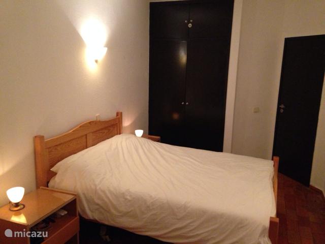 Bedden zijn voorzien van lakens en dekbedden. Lakens en dekbed hoezen worden wekelijks verschoond door maid-service