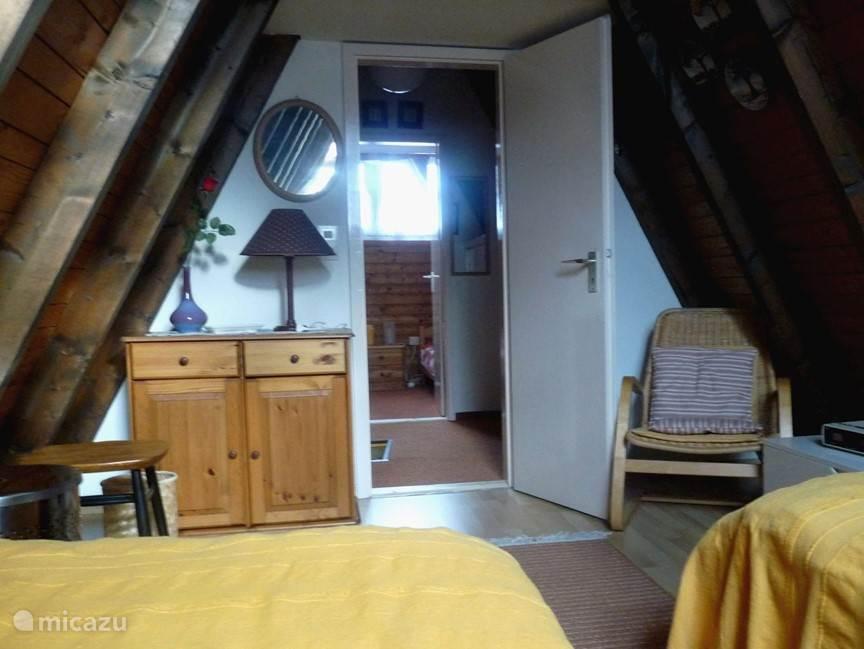 Slaapkamer met zicht op overloop en 2e slaapkamer