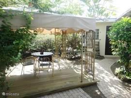 De achtertuin van Villa Chili Pepper geeft u volledige privacy. Op het gezellige terras met gazebo temidden van de bloeiende planten kunt u genieten van uw kopje koffie tijdens een heerlijke ochtend in de schaduw.