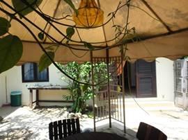 De gazebo in de achtertuin is een heerlijke plek om 's morgens rustig op te starten.