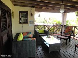 The spacious veranda is the opportunity to relax. The cozy lounge set and luxurious loungers make this part of the house to a real 'outdoor living'. The high altitude brings the trade winds throughout the day cooling.