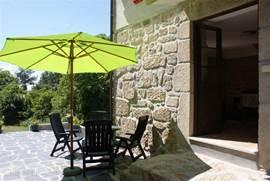 Terras Casa Palmeeira op gezamenlijke patio met Casa Agave.