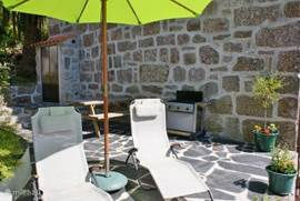 Zeer fraai tweede privé-terras met picknicktafel,gasbarbeque en ligstoelen.