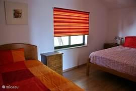 Ruime slaapkamer met 2-persoonsbed en een 1-persoonsbed. Uitstekende matrassen en goede dekbedden.