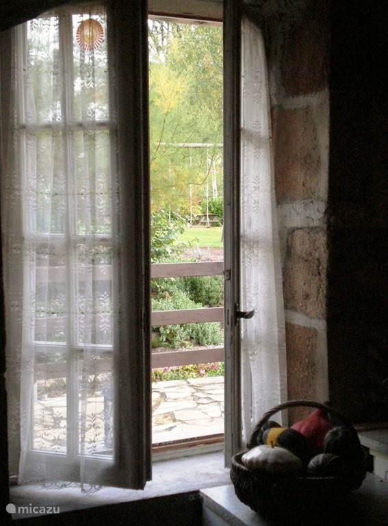 Open raam naar terras.