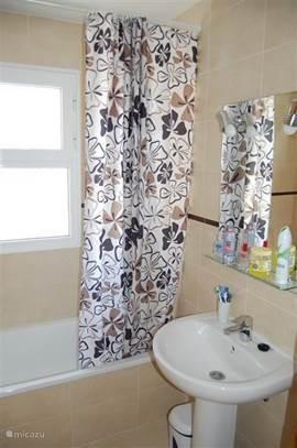 Badkamer met ligbad, toilet, bidet, wastafel.