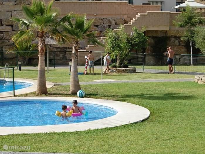 Hoofdzwembad met kinderbad.