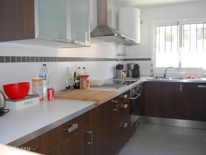 Keuken met vaatwasser, oven, wasmachine, twee koelkasten met vriesvak, koffiezetapparaat en Dolce Gusto, combimagnetron, broodrooster, blender.