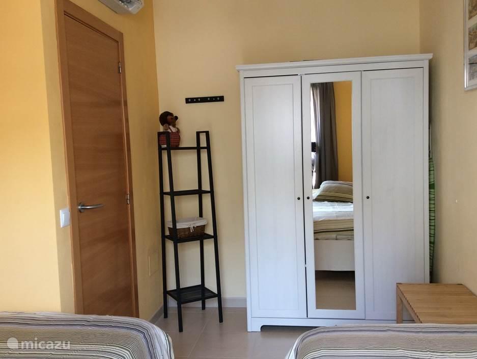 Slaapkamer 2 met Airco/verwarming. Twee eenpersoonsbedden 90x200.