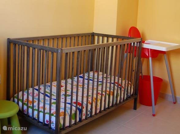 Kinderbedje. Er is ook een campingbedje en twee kinderstoelen.