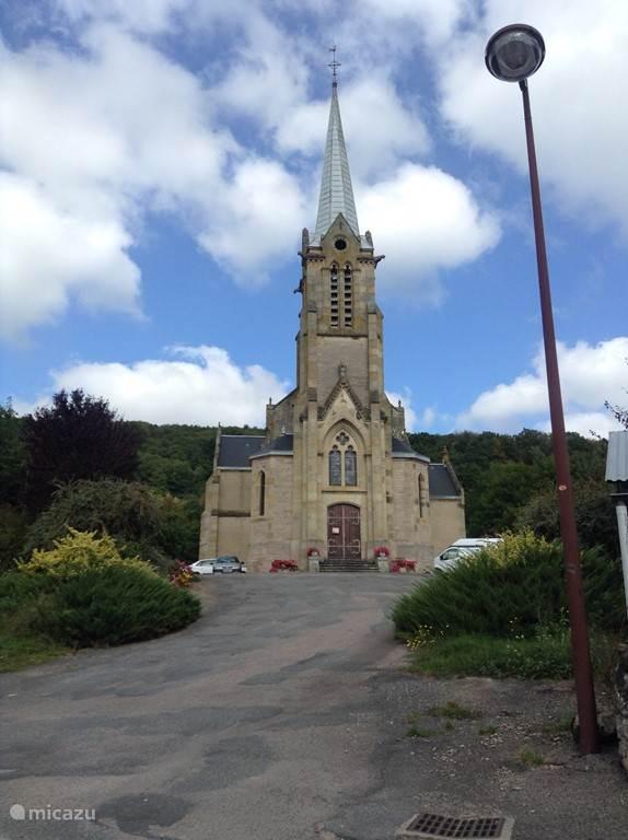 De kerk van het dorp mét mooie gebrandschilderde ramen