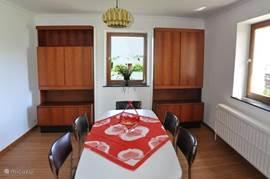 Eet- en woonkamer zijn in een ruimte.