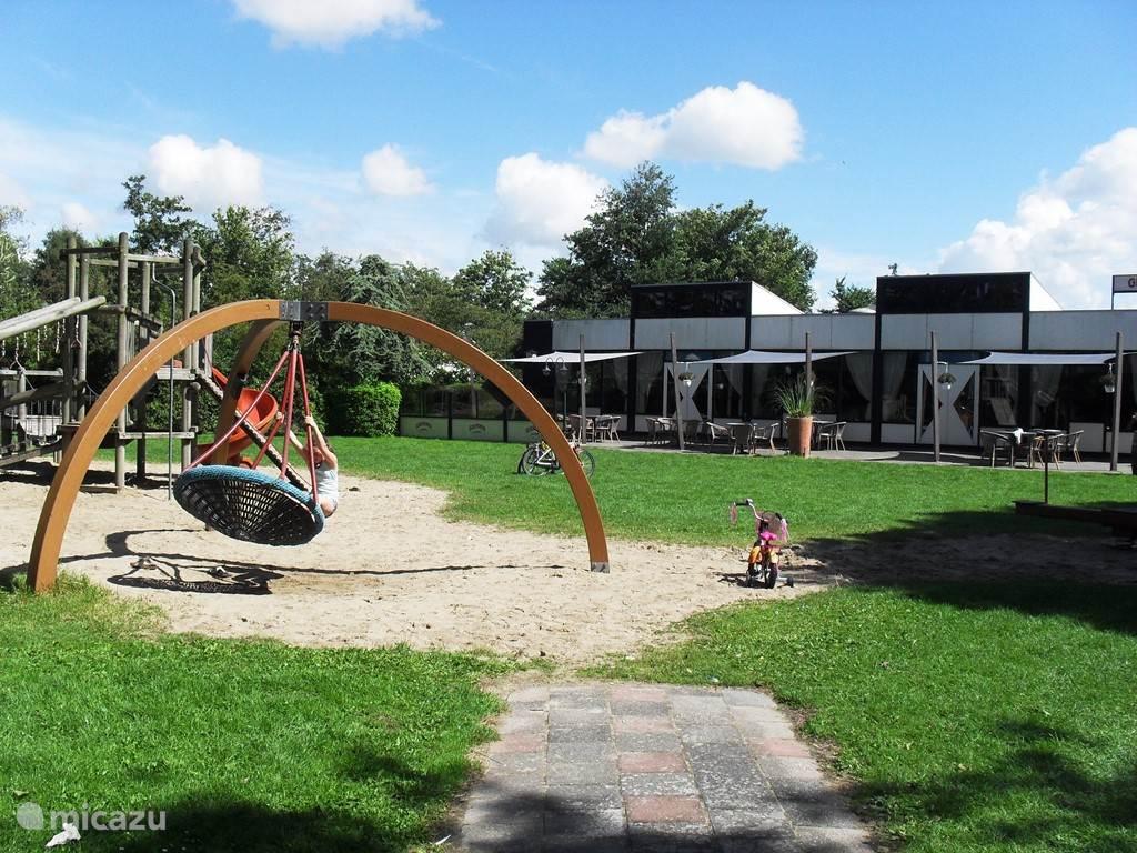 indruk van het park met speelweide en restaurant