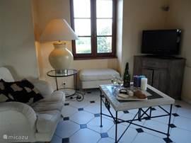 De gezellige woonkamer met 3 zitbank en fauteuille