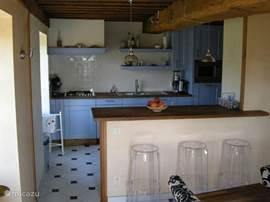 De keuken met daaraan de bar