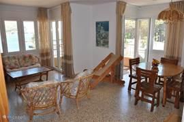 de woonkamer en eetkamer met 2 grote deuren naar het balkon. Het uizicht vanuit de woonkamer is hetzelfde als op het terras