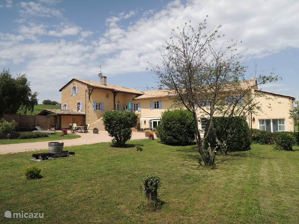 Aan de voorkant van de gîtes ligt een grote tuin. la Cote des Blancs is een ruime woning voor 20 personen. Gelegen midden in de wijngaarden van de Bourgogne. Gîte Macon-Vinzelles is geschakeld aan Gîte Pouilly Fuissé
