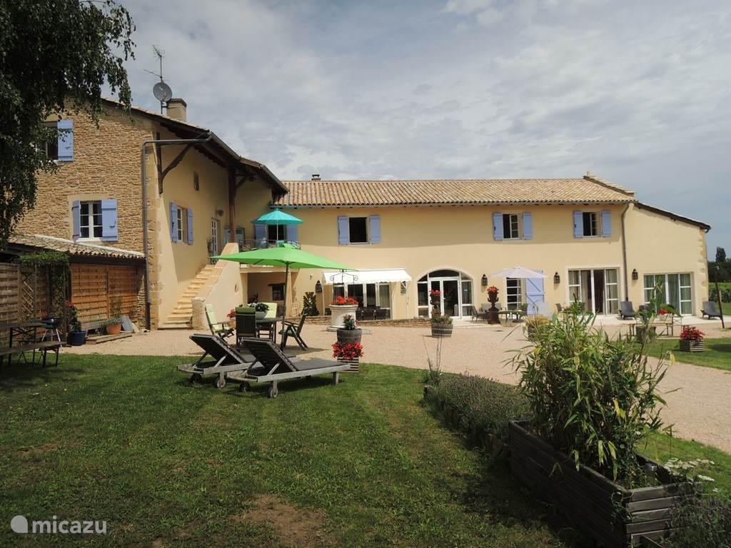 de rechter Gîte Macon-Vinzelles is een ruime gîte voor 12 personen. Gelegen midden tussen de wijngaarden van de Bourgogne. Gîte Chablis is geschakeld aan linker gîte Pouilly Fuissé die geschikt is voor 8 personen.