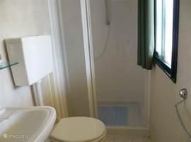 Eigen badkamer, maar ook prima voorzieningen op de camping.
