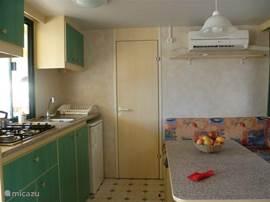 Keuken/woonkamer met deur naar 2-persoons slaapkamer
