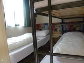 Slaapkamer voor drie personen, niet groot maar voldoende. je leeft vooral buiten. Met kast.