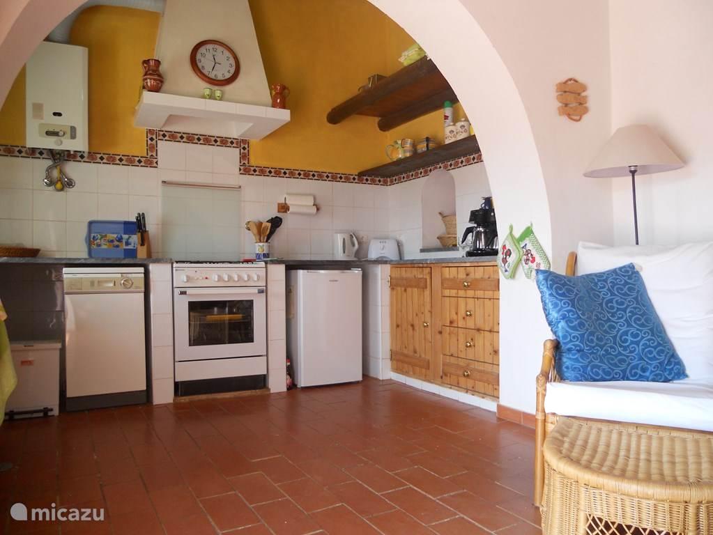 De open keuken is voorzien van alle benodigde apparatuur, kookgerei en serviesgoed. Er is gebruik gemaakt van kleurrijk Portugees keramiek en traditioneel houtwerk in combinatie met tegels en natuursteen. De keuken is verbonden met de woon-/eetkamer.
