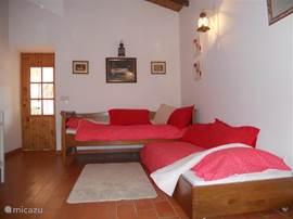 De woon-/slaapkamer als de slaapbank opgemaakt is als 2 aparte eenpersoonsbedden.