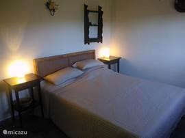 Slaapkamer 2, uitgerust met plafondventilator en balkenplafond.