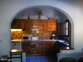 Een ruime en sfeervolle keuken in Spaanse stijl, met vaatwasser en ruime koelkast.