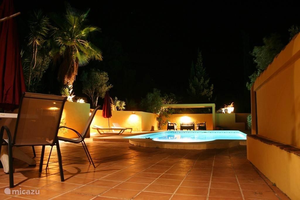 Zwembad en terras met verlichting, lounge set in de schaduw...